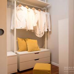 Cabina armadio con arredi IKEA: Spogliatoio in stile  di Rachele Biancalani Studio