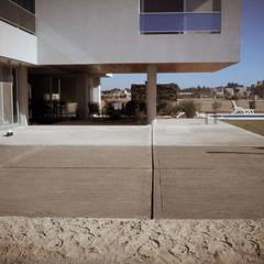Vivienda Country Altos de la Ribera: Garajes de estilo  por VHA Arquitectura