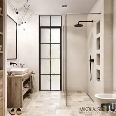 hamptons style bathroom provance design:  Badezimmer von MIKOLAJSKAstudio