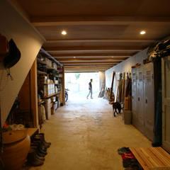 Garajes y galpones de estilo  por すわ製作所