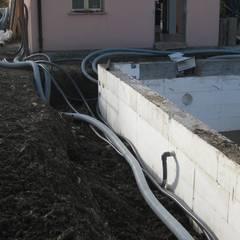 Piscina interrata metri 7x3x h 1,5 a casseri in polistirolo a perdere .: Piscina in stile in stile Moderno di Aquazzura Piscine
