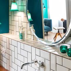 Blue Velvet: Salle de bains de style  par Insides