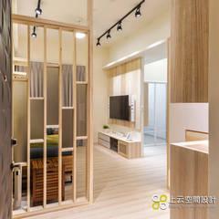 Pasillos y vestíbulos de estilo  por 上云空間設計