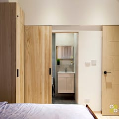 Dormitorios de estilo  por 上云空間設計