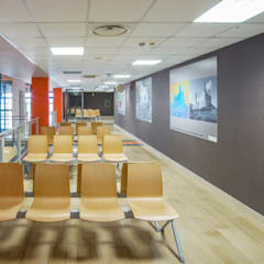 Sala d'attesa dell'ospedale: Ospedali in stile  di Cromoambiente