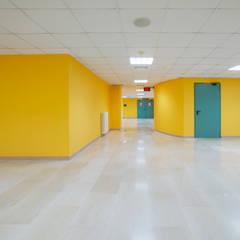 Corridoi all'interno dell'ospedale: Ospedali in stile  di Cromoambiente