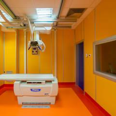 Gli interni delle stanze dell' ospedale: Ospedali in stile  di Cromoambiente