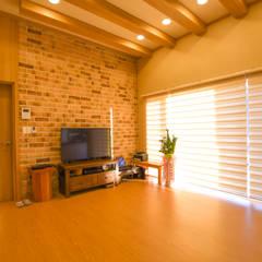 해질녘 노을이 아름다운 집: 꿈애하우징의  거실