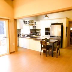해질녘 노을이 아름다운 집: 꿈애하우징의  거실,지중해