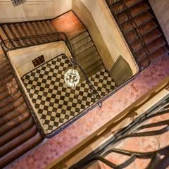 Hall HP Aix 1: Couloir et hall d'entrée de style  par LA Photo Prod