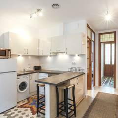Reforma interior de vivienda piso: Cocinas de estilo  de Rimolo & Grosso, arquitectos