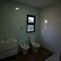 Casas pré fabricadas: Casas de banho  por Cosquel, Sociedade de Construções Lda