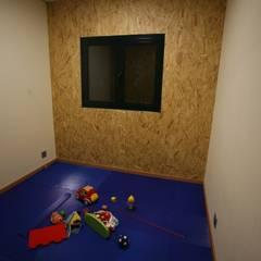 Casas pré fabricadas: Quartos de criança  por Cosquel, Sociedade de Construções Lda