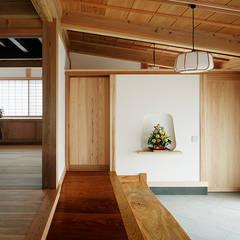 玄関土間: 西本建築事務所 一級建築士事務所が手掛けた廊下 & 玄関です。