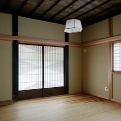 tdi 古民家 現地再生: 西本建築事務所 一級建築士事務所が手掛けた寝室です。,