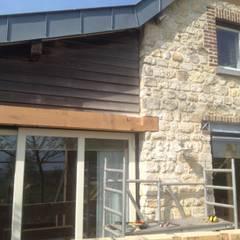 Eiken overkapping met glazen lichtstraten:  Huizen door WE-Maatdesign