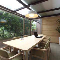 Oficinas de estilo  por 直譯空間設計有限公司,