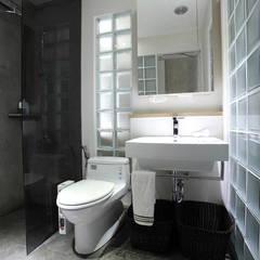 Bathroom by 直譯空間設計有限公司