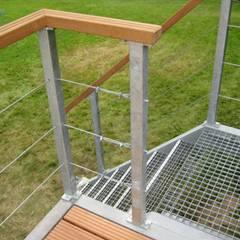 BangKirai terras met gegalvaniseerd stalen frame.:  Terras door WE-Maatdesign, Modern IJzer / Staal