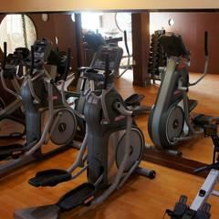 proyecto y obra gym: Gimnasios de estilo  por FRACTAL CORP Arquitectura