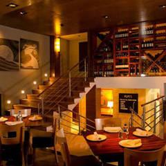 proyecto y obra restaurant: Cavas de estilo  por FRACTAL CORP Arquitectura