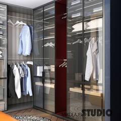 Moderne Ankleidezimmer - Kleiderschrank mit Glastüren:  Ankleidezimmer von MIKOLAJSKAstudio