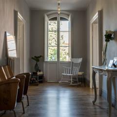 Il corridoio: Ingresso & Corridoio in stile  di Melissa Giacchi Architetto d'Interni