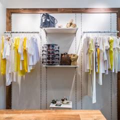 Painel com ajuste de altura: Lojas e imóveis comerciais  por Andresa Jessita