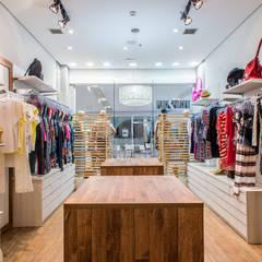 Vista interna para vitrine: Lojas e imóveis comerciais  por Andresa Jessita