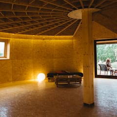 Sala polivalente: Salas multimedia de estilo rural de CHAPEAU VERT