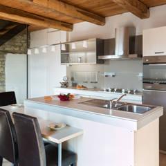 Casa Pasqualin: Cucina in stile  di Andrea Chiesa è Progetto Immagine