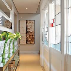 HALL DE ENTRADA: Corredores e halls de entrada  por VOLF arquitetura & design