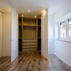 Suite - Closet: Closets  por NOVACOBE - Construção e Reabilitação, Lda.