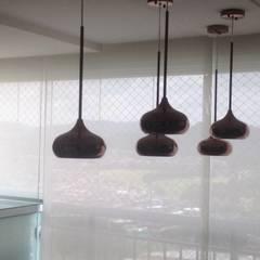 Cortina rolo para varanda, Tela solar screen 3% cor off white instalada com sobreposição.: Janelas   por Violeta Decoraçao e Design