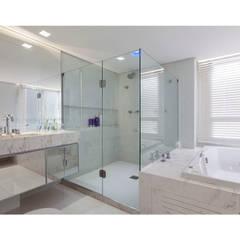 Sala de Banho - Apartamento Panamby: Banheiros  por MAGALHÃES E SOUZA ARQUITETOS ASSOCIADOS