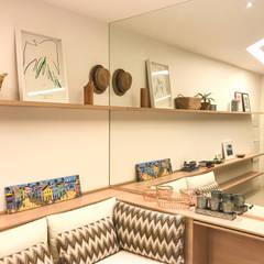 Sofá planejado: Salas multimídia  por Miguel Arraes Arquitetura