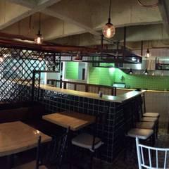 PICOTEO -  Gastro - Bar _ San Lucas Medellín: Bares y discotecas de estilo  por @tresarquitectos