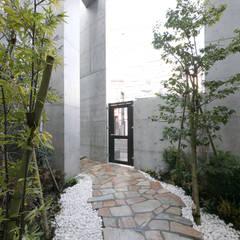 小さな森の集合住宅: 株式会社YDS建築研究所が手掛けた庭です。