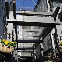 WOODEN GREY PERGORA/中と外をつなぐ木製パーゴラ: 株式会社アートアーク一級建築士事務所が手掛けた庭です。
