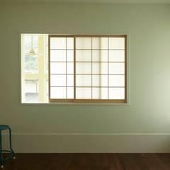 ハチの家: nido architects 古松原敦志一級建築士事務所が手掛けた寝室です。