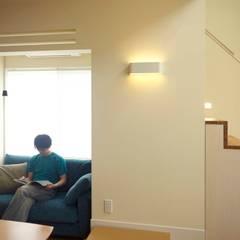 ハチの家: nido architects 古松原敦志一級建築士事務所が手掛けたリビングです。