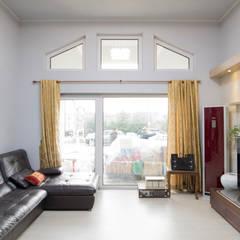 꿈속의 동화같은 단층 목조주택: 꿈애하우징의  거실,지중해