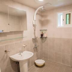 정갈하고 깔끔한 고급스러운 전원주택: 꿈애하우징의  욕실