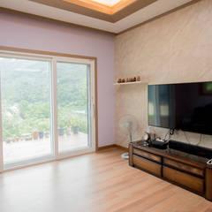 정갈하고 깔끔한 고급스러운 전원주택: 꿈애하우징의  거실
