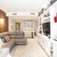 Reforma integral de vivienda y mobiliario en calle Rosselló de Barcelona: Salones de estilo  de Grupo Inventia