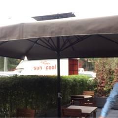 Akaydın şemsiye – müşteri bahçesine şemsiye kurulumu: eklektik tarz tarz Bahçe