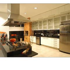 Casa de Campo: Cozinhas  por Luciana Savassi Guimarães arquitetura&interiores