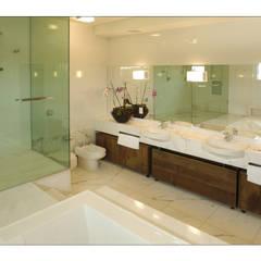 Luciana Savassi Guimarães arquitetura&interioresが手掛けた浴室