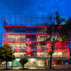 La Salle College: Ventanas de estilo  por MRV ARQUITECTOS