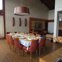Casa no Cerro Azul: Salas de jantar  por Repsold Projetos e Design,Campestre Madeira Efeito de madeira